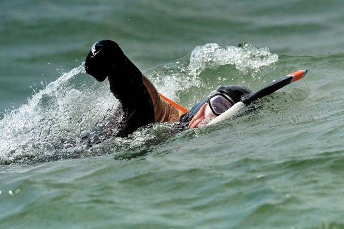 Philippe Croizon, amputé des deux bras et des deux jambes, s'entraine afin de prÈparer la traversÈe de La Manche à la nage. La Rochelle, le 27 05 2010. PHOTO XAVIER LEOTY
