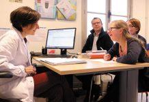 Consultation pédiatrique avec un généticien de l'Institut.